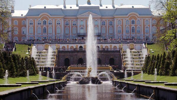 Праздник фонтанов в Петергофе. Архивное фото