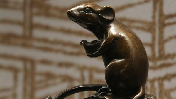 Скульптура Мышь на тыкве