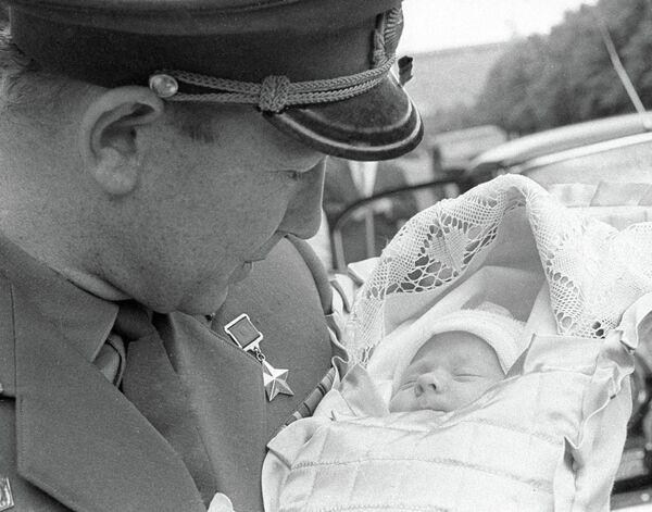 Космонавт Алексей Леонов с новорожденной дочкой