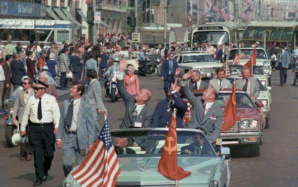 Встреча советских космонавтов после успешного завершения совместного космического полета Союз - Аполлон на американской земле
