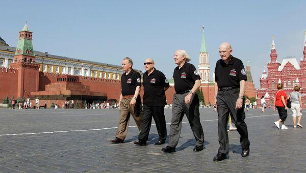Участники программы Союз - Аполлон на Красной площади. Архивное фото