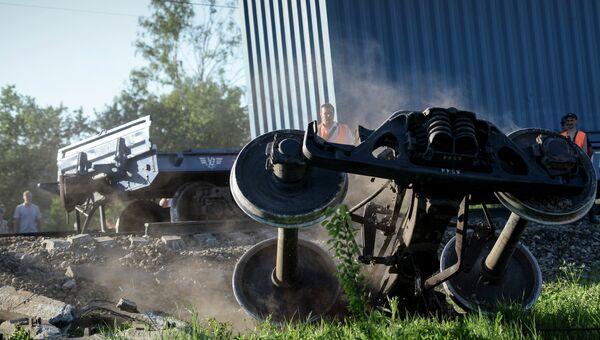 на месте столкновения пассажирского и грузового поездов между Наро-Фоминском и Бекасово в Московской области, 20 мая 2014 года