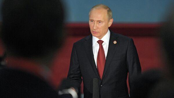 Президент России Владимир Путин во время общения с российской прессой в Шанхае