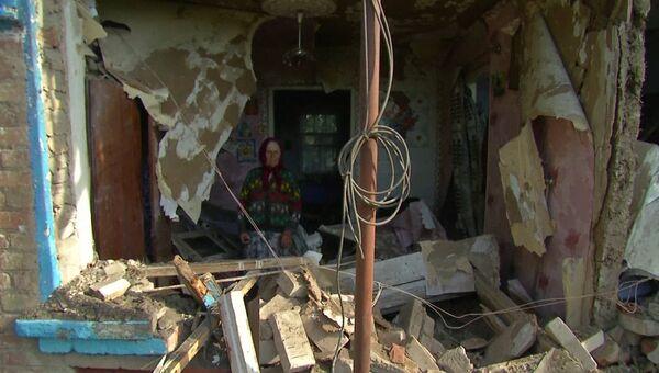 Разрушенный дом и сгоревшее кафе - последствия артобстрела  под Славянском