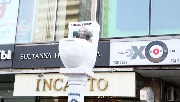 Гигантский унитаз на колонне появился у офиса радиостанции Эхо Москвы