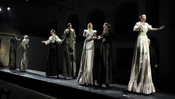 Репетиция спектакля в театре Школа драматического искусства. Архивное фото