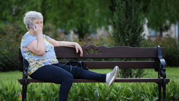 Женщина разговаривает по телефону во время отдыха