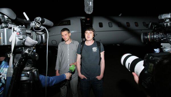 Освобожденные журналисты LifeNews Олег Сидякин и Марат Сайченко