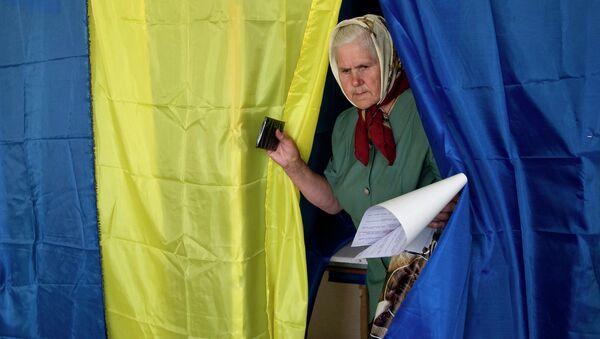 Избирательница во время голосования на внеочередных выборах президента Украины