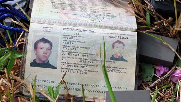Паспорт убитого на Украине итальянского журналиста Андреа Роккелли