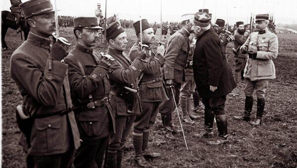 Жозеф Жоффр награждает медалями солдат, участвоваших в битве при Вердене