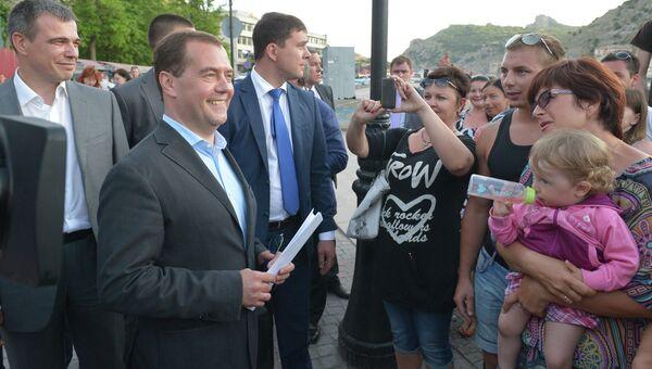 Председатель правительства РФ Дмитрий Медведев беседует с жителями Балаклавы
