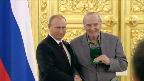 Путин вернул хоккеисту сборной СССР 1956 года олимпийскую медаль