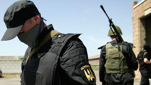 Вооруженные члены батальона Донбасс недалеко от Донецка