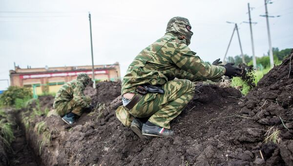 Бойцы народного ополчения Донбасса укрепляют и маскируют окопы в селе Семеновка под Славянском