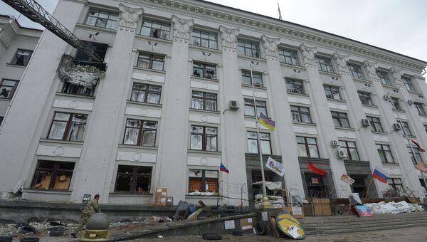 Здание обладминистрации в Луганске, в котором начался сильный пожар после авианалета ВВС Украины