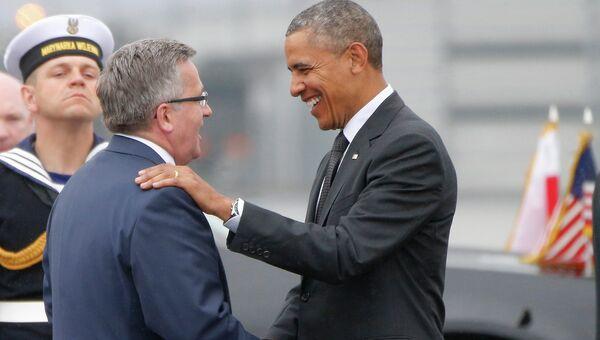 Президент США Барак Обама приветствует президента Польши Бронислава Коморовского. Архивное фото