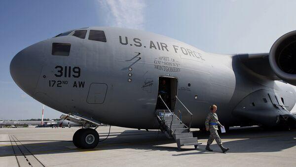 Американский военный грузовой самолет на авиабазе Рамштайн в Германии. Архивное фото
