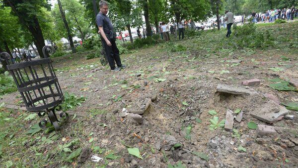 Воронка от разорвавшегося снаряда рядом со зданием обладминистрации в Луганске. Архивное фото