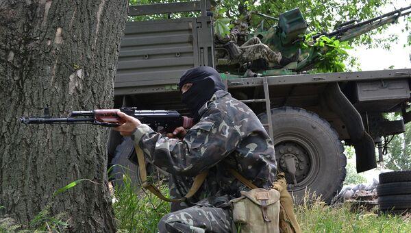 Бойцы народного ополчения во время боя с украинскими силовиками под Славянском. Архивное фото