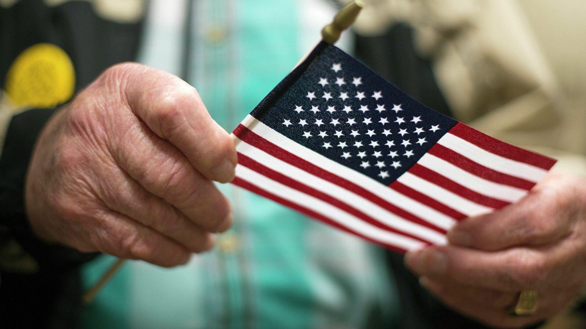 Американский ветеран Второй мировой войны держит флаг США - РИА Новости, 1920, 11.05.2021