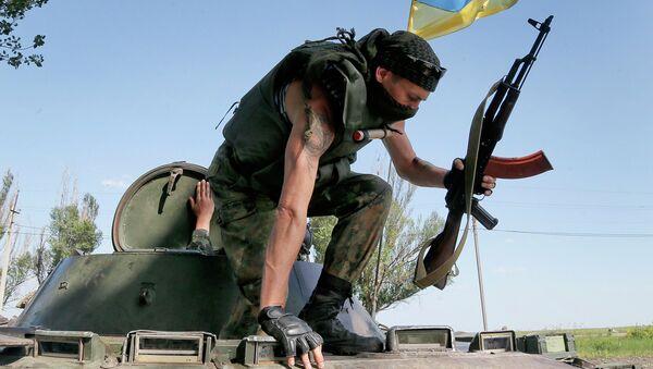Солдат Украинской армии покидает бронемашину