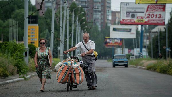 Семья покидает Славянск после артиллерийского обстрела со стороны правительственных сил Украины
