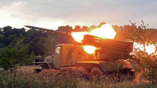 Пуск реактивной системы залпового огня БМ-21 Град. Архивное фото