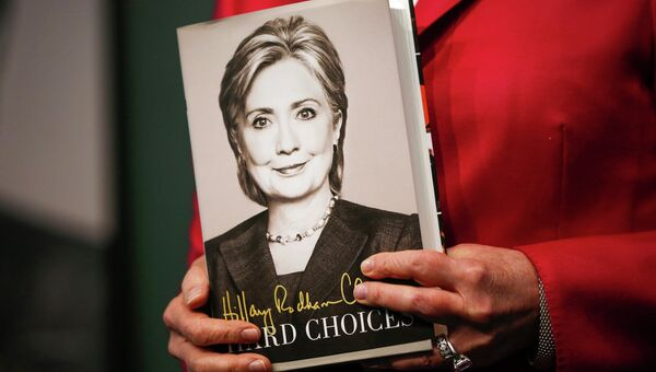 Книга Хиллари Клинтон Hard Choices (Трудные альтернативы). Архивное фото.