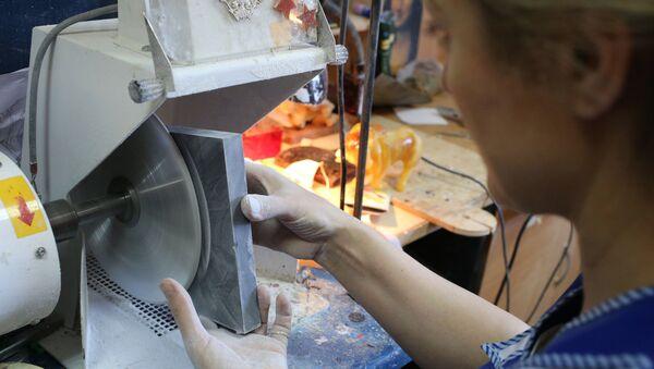Производство сувениров из янтаря в Калининграде. Архивное фото