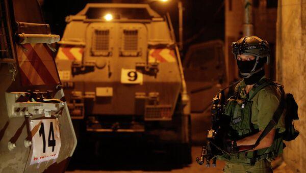 Израильский солдат в Хевроне во время спецоперации по поиску пропавших подростков