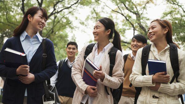 Группа китайских студентов в кампусе. Архивное фото