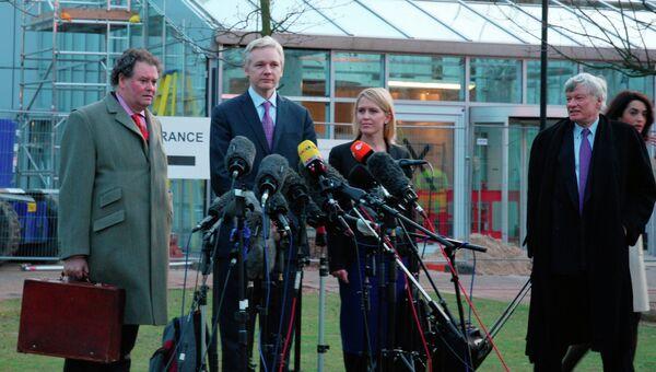 Основатель Wikileaks Джулиан Ассанж (второй справа)
