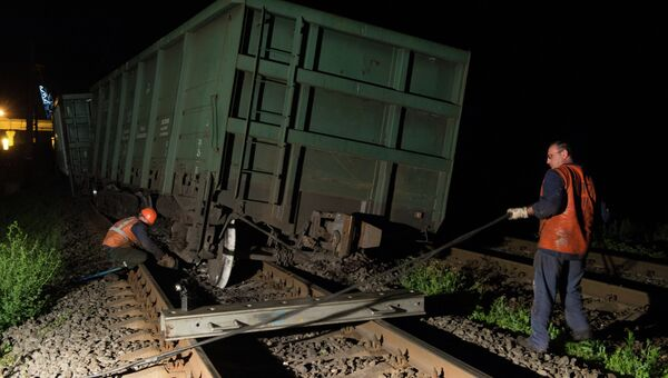 Сотрудники ремонтной службы Украинских железных дорог Укрзализныця устраняют последствия подрыва железнодорожного полотна на перегоне Иловайск-Кутейниково в Донецкой области