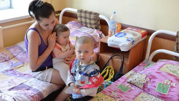 Беженка из Луганской области с детьми. Архивное фото