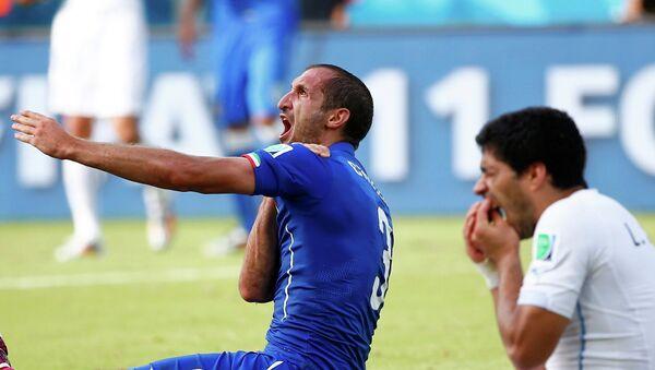 Момент укуса итальянского защитника Джорджо Кьеллини форвардом сборной Уругвая Луисом Суаресом на ЧМ-2014 в Бразилии