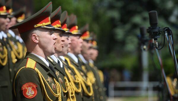 Сводный хор ансамблей песни и пляски Вооруженных сил РФ во время выступления на Суворовской площади в Москве