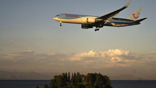 Самолет у аэропорта города Керкиры на греческом острове Корфу. Архивное фото