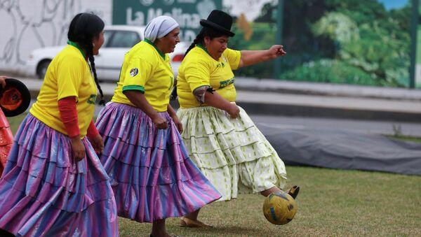 Женщины в майках сборной Бразилии играют в футбол на рынке в Лиме