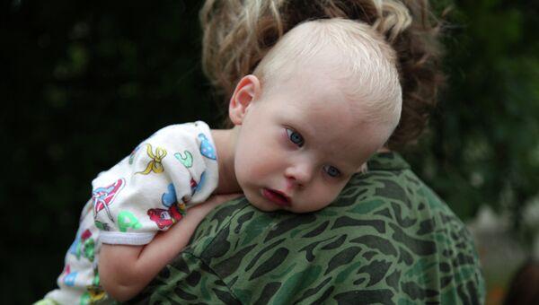Ребенок из семьи беженцев с восточной Украины. Архивное фото