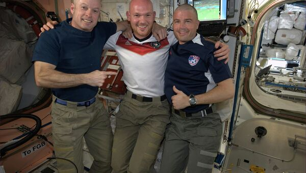 Немецкий астронавт Александр Герст обрил наголо своих американских коллег Грегори Вайзмана и Стивена Свонсона
