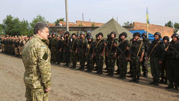 Президент Украины Петр Порошенко с бойцами Национальной гвардии. Архивное фото