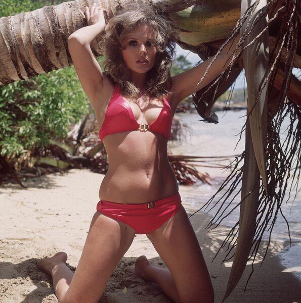 Фотомодель в бикини с золотыми пряжками, 1975 год