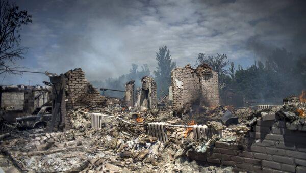Дом, разрушенный во время авиационного удара вооруженных сил Украины по станице Луганская