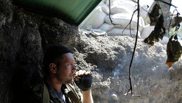 Ополченец на КПП в селе Карловка под Донецком. Архивное фото