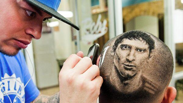 Парикмахер Роб Феррел выстригает на голове фаната портрет Лионеля Месси