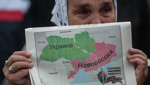 Жительница Донецкой области с нанесенной на карту Новороссией. Архивное фото.