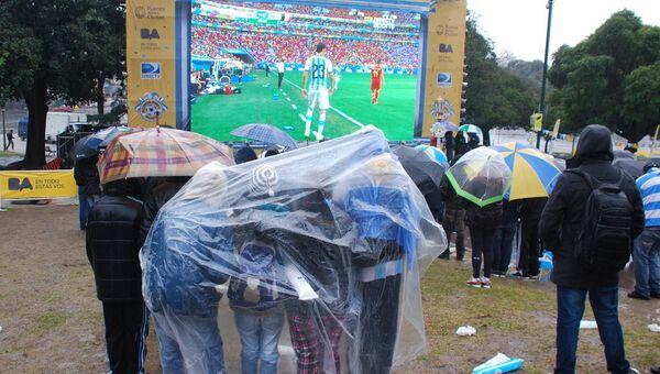 Буэнос-Айрес. Болельщики смотрят полуфинальный матч чемпионата мира между командами Аргентины и Бельгии