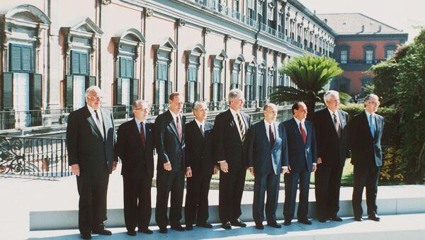 Саммит G7 в Неаполе. 10 июля 1994 года. Слева право: Германский канцлер Гельмут Коль, Шеф ЕС Жак Делор, Канадский премьер Жан Кретьен, Японскиий премьер-министр Томиичи Мураяма, Президент США Билл Клинтон, Президент Фанции Франсуа Миттеран, Италяьнский премьер Сильвио Берлускони, Президент России Борис Ельцин и Бринтанский премьер Джон Мейджор