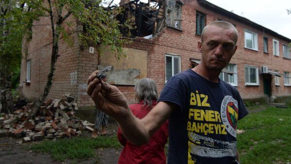 Жители дома в поселке Малая Вергунка, разрушенного в результате авианалета украинской армии, архивное фото